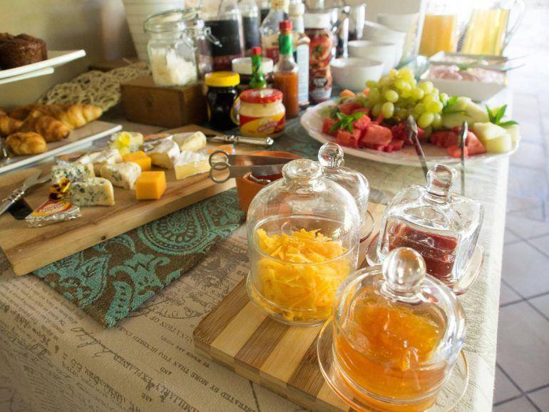 Frühstücksbuffet auf der De Old Drift Guest Farm