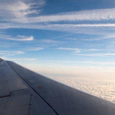 Aussicht über Flugzeugflügel