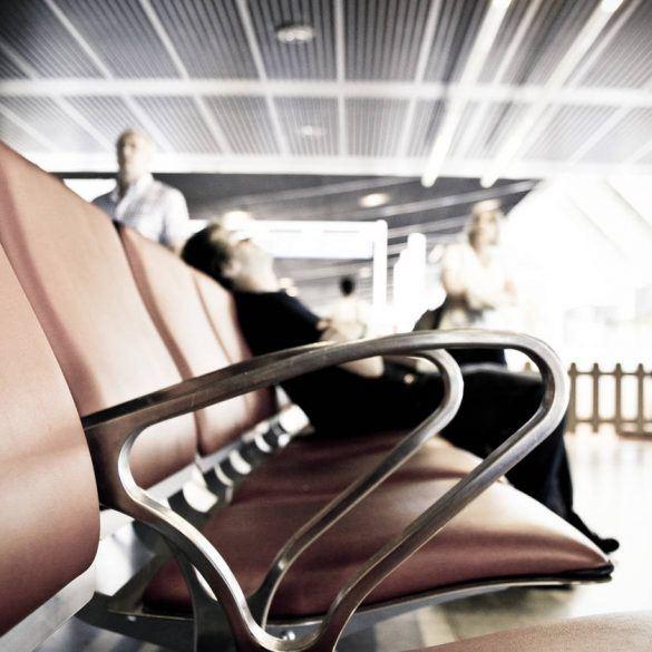 Durch Jetlag geplagter, müder Passagier am Flughafen