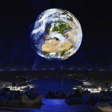 """Gasometer Oberhausen, Ausstellung """"Wunder der Natur"""", 11. März - 30. Dezember 2016, 20-Meter-erdkugel im Innenraum des Gasometers Foto/ Montage: Thomas Wolf"""