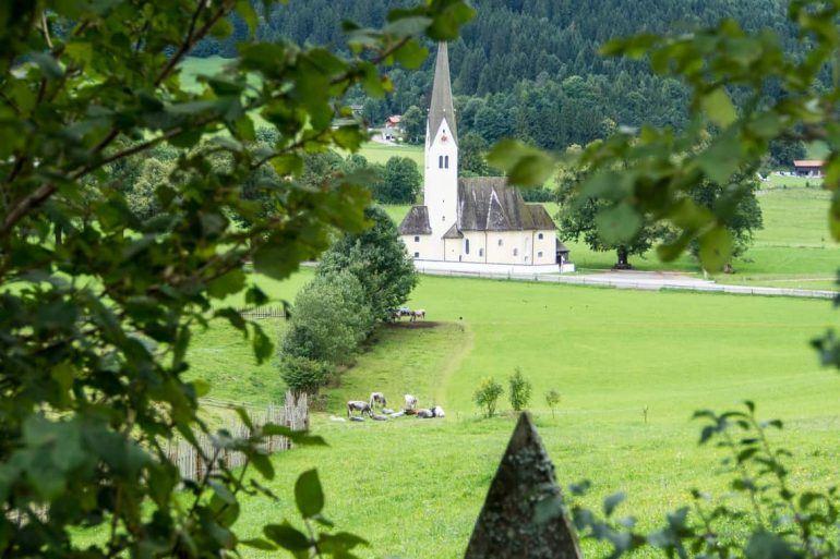 Idyllischer Blick auf eine Kirche am Schliersee