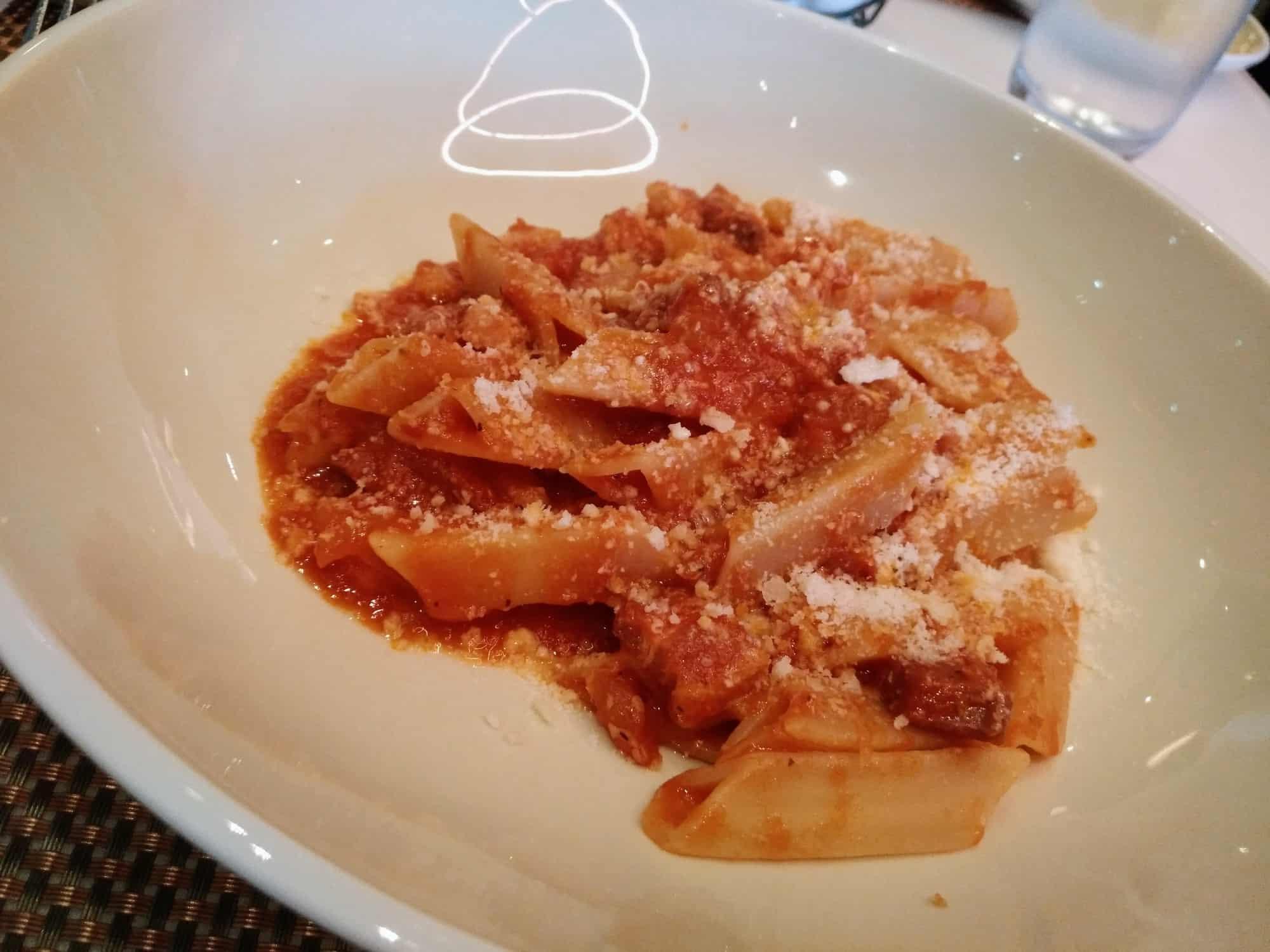 Portion Pasta bei Drago Restaurant im Petersen Automotive Museum