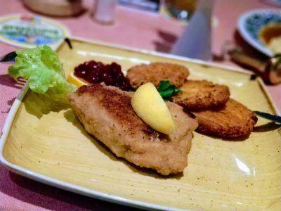 Gefülltes Schnitzel mit Kartoffelpuffer im Gebirgshäusl in Berchtesgaden