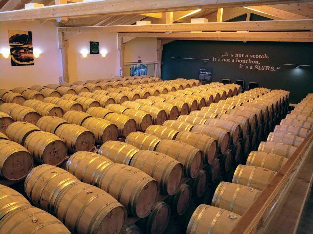 gelagerte Fässer bei SLYRS Whisky am Schliersee in Bayern