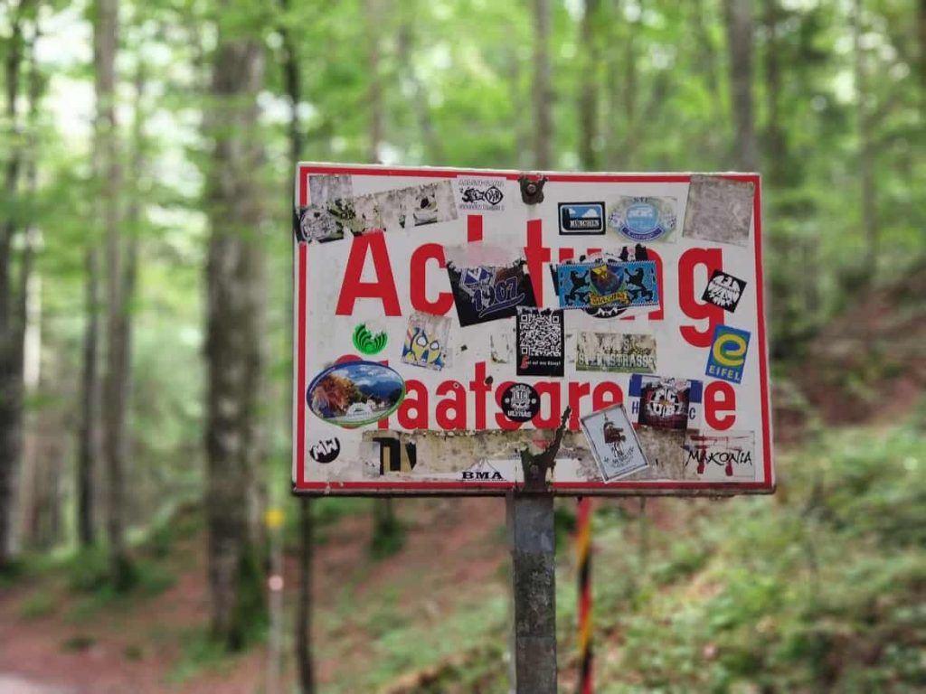 Schild der Staatsgrenze zwischen Deutschland und Österreich am Leutaschklamm