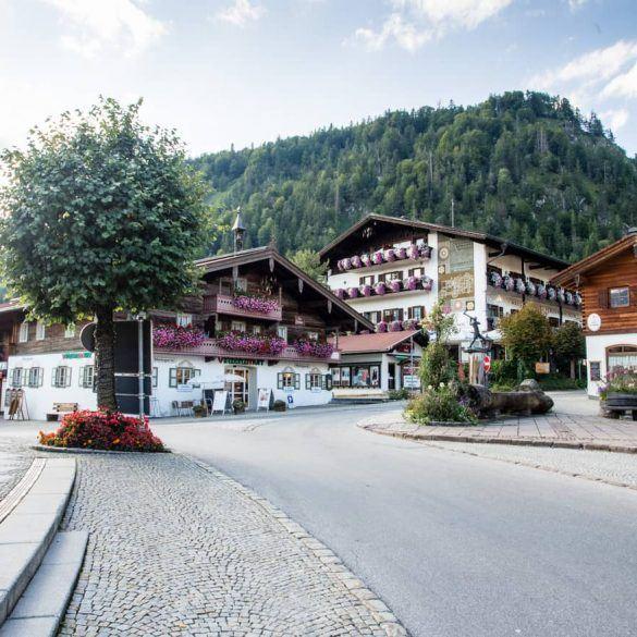 Straßenbild Reit im Winkl, super schöne Häuser mit Blümchen