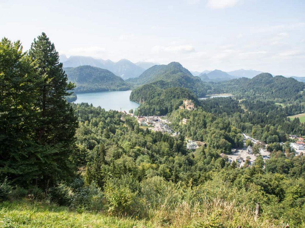 Blick von oben auf das Schloss Hohenschwangau und den Alpsee