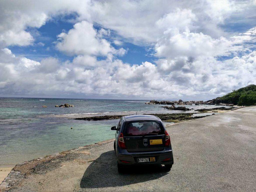 Kleiner Hyuandai i10 in großartiger Kulisse auf Praslin auf den Seychellen
