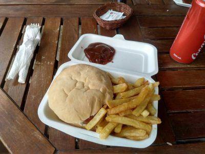 Burger mit Pommes beim Coco Rouge Take Away auf Praslin Seychellen
