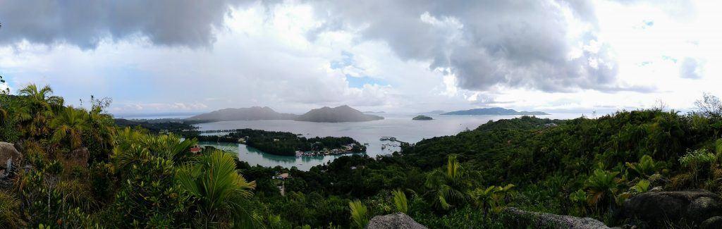 grandioser Blick vom Aussichtspunkt Fond Ferdinand auf Praslin Seychellen