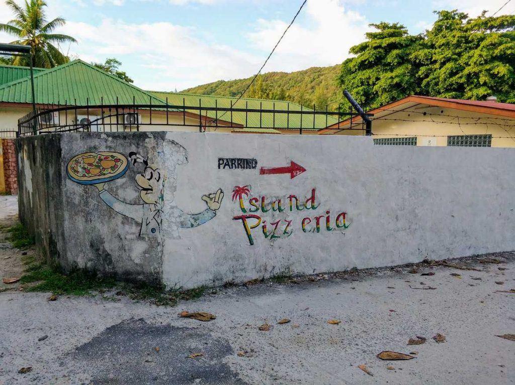 Beschilderung zur Island Pizzeria auf Praslin Seychellen