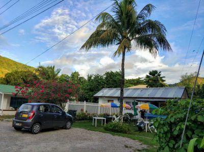 Außenbereich der Island Pizzeria auf Praslin Seychellen