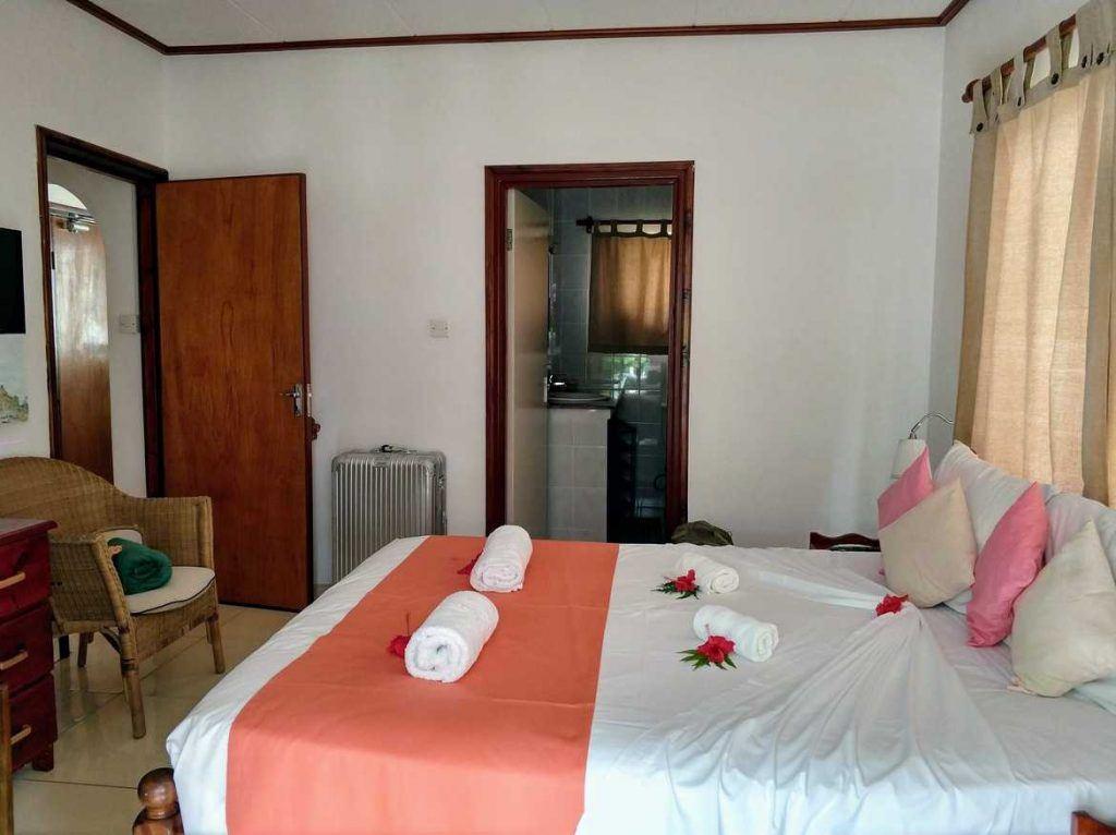 Schlafzimmer der Pension Hibiscus auf La Digue auf den Seychellen