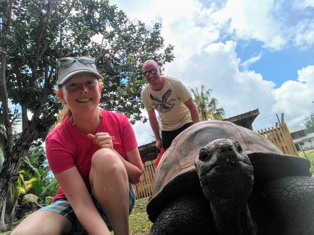 Selfie mit Riesenlandschildkröte auf Curieuse Seychellen