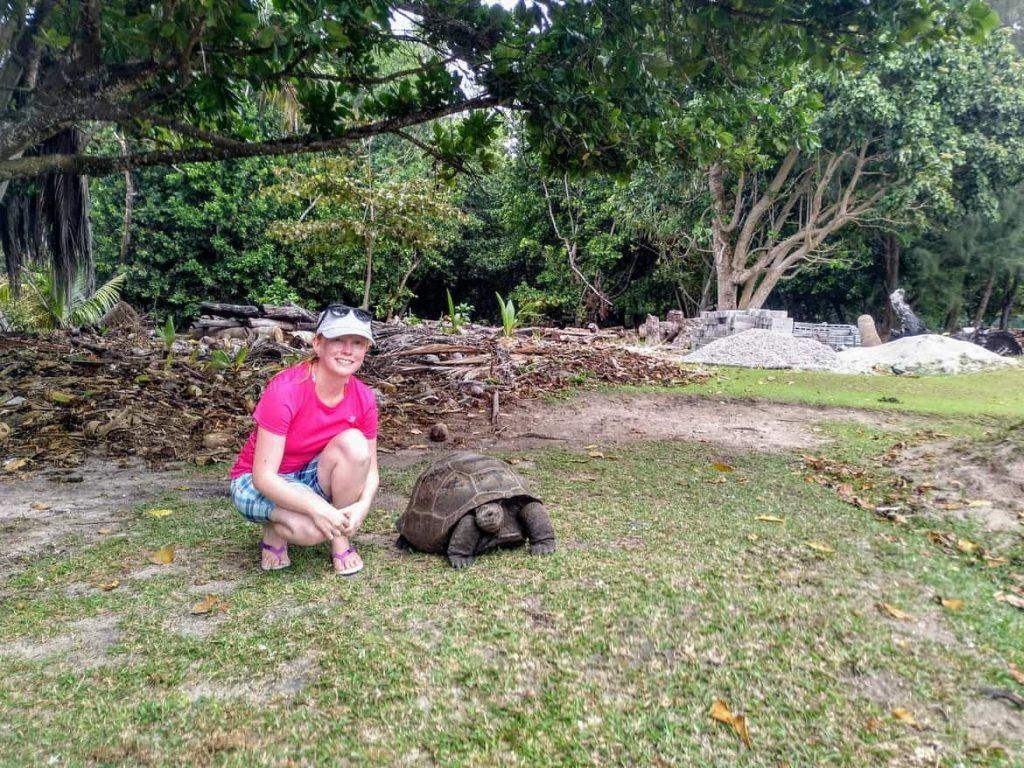Sandra neben einer jüngeren Riesenlandschildkröte auf Curieuse Seychellen