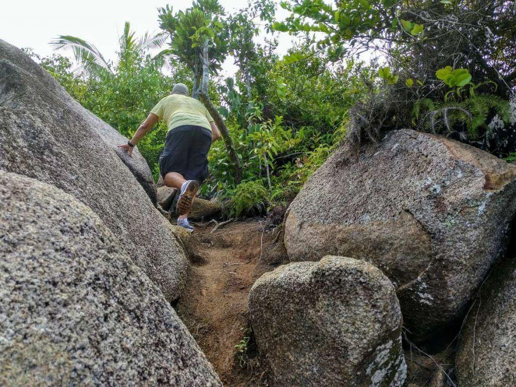 Weg über Granitfelsen zum Nid Daigle Adlernest auf La Digue Seychellen