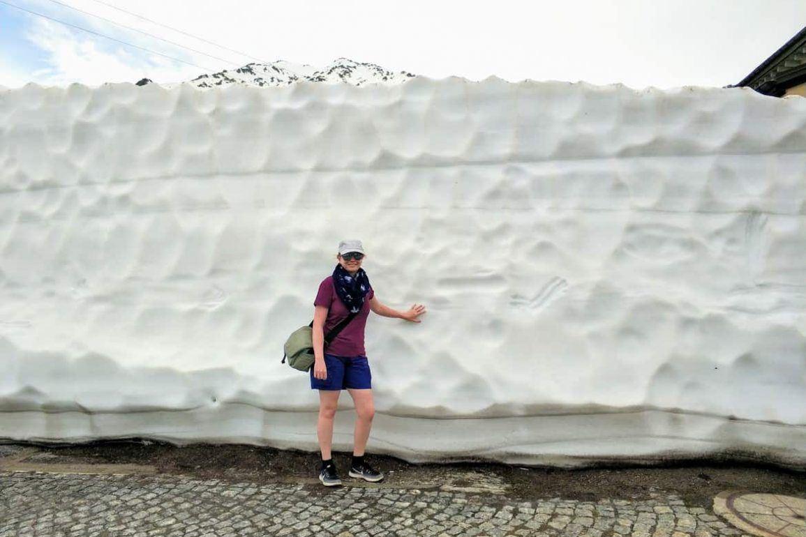 Sandra vor Schneebergen auf dem Gotthardpass