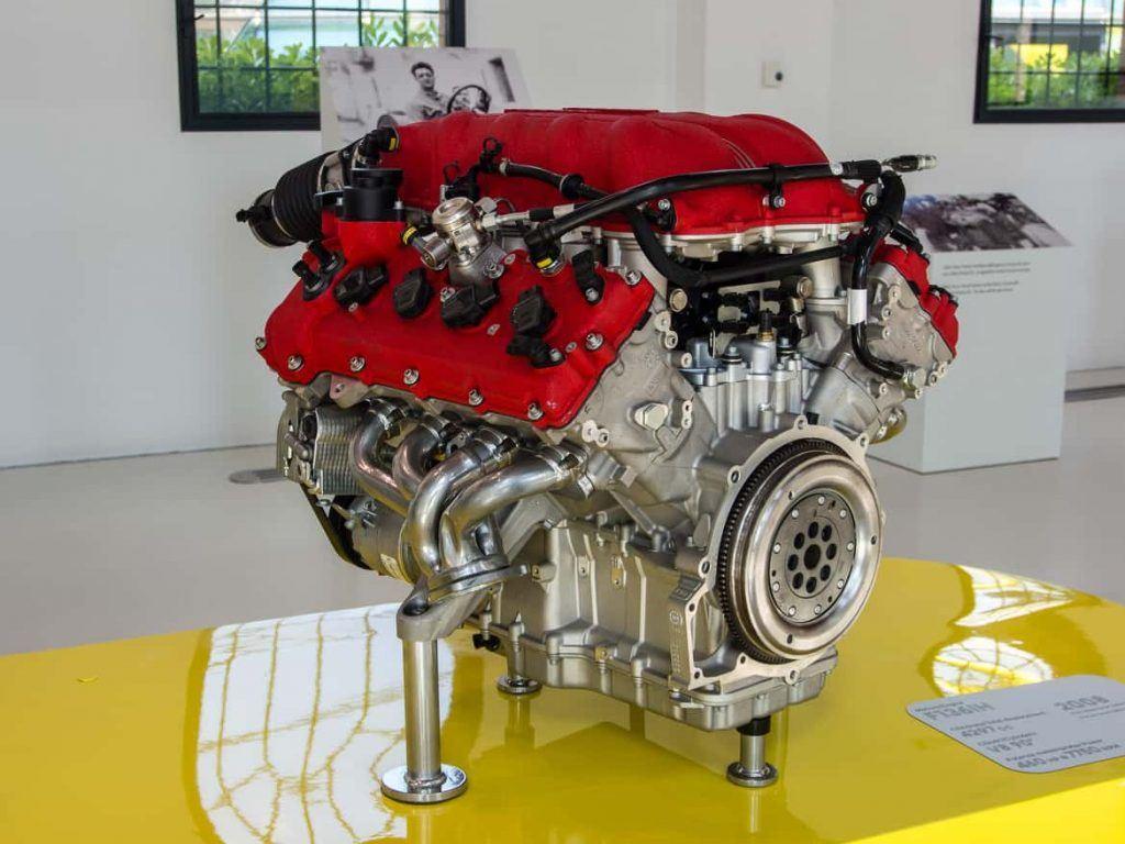 Motor im Enzo Ferrari Museum in Modena Italien