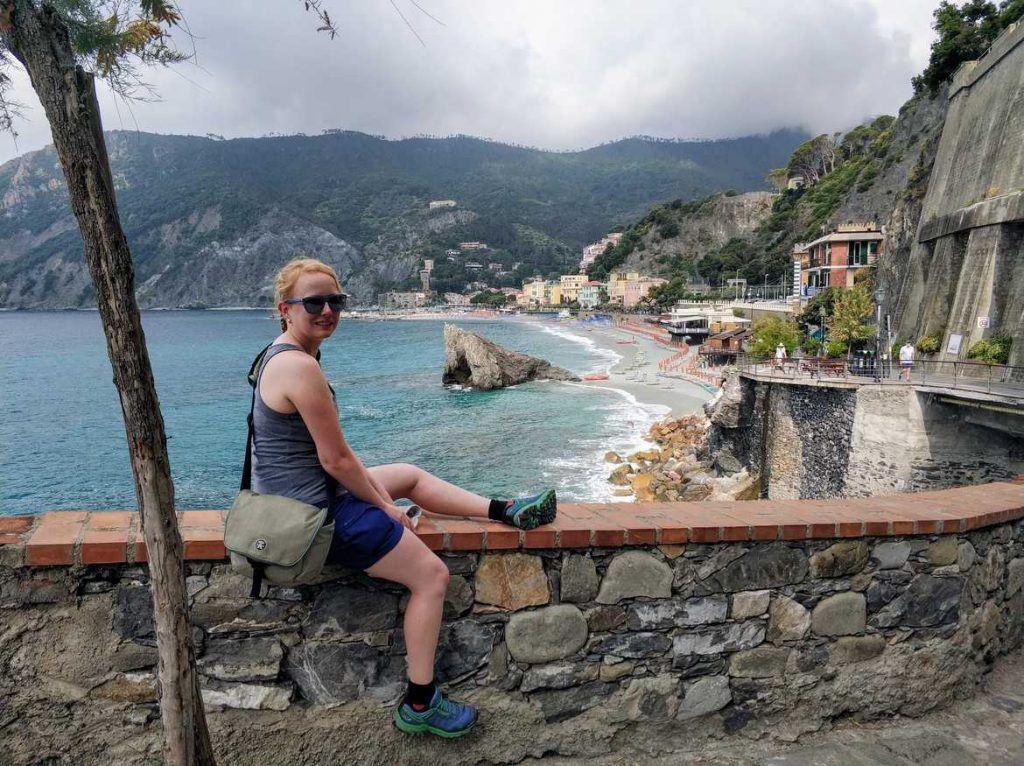 Sandra mit Blick auf Monterossa al Mare in Italien