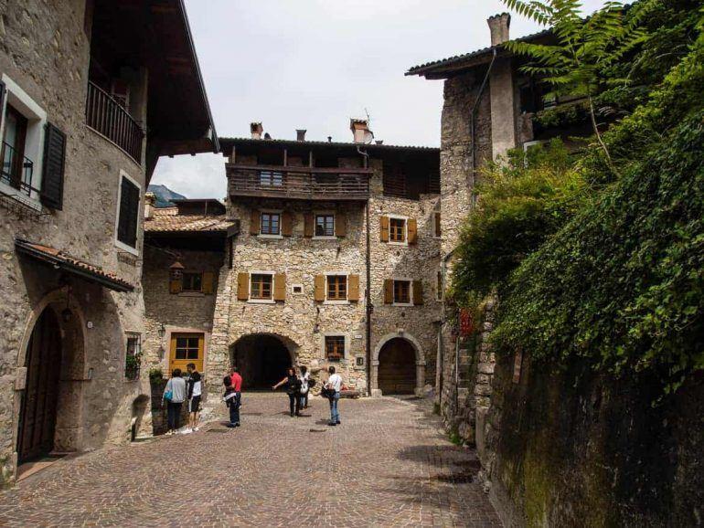 Bergdorf auf Wanderung Lago di Tenno Italien