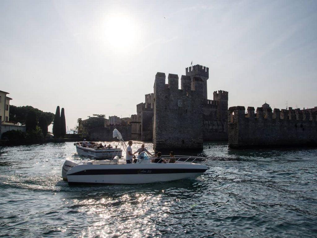 Blick auf Sirmione vom Boot aus Gardasee Italien