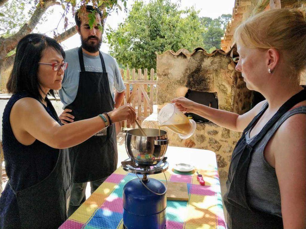 Kochen der Crema Catalana Mallorca