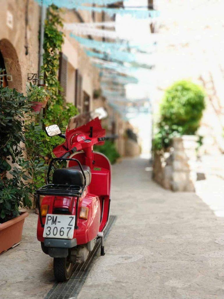 Durch die Gassen in Valledmossa auf Mallorca