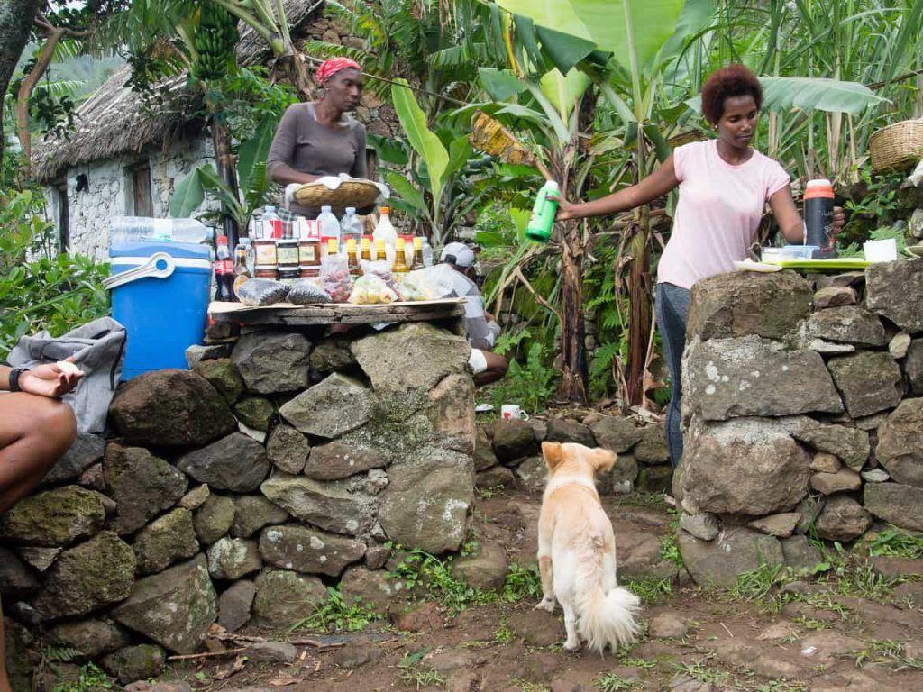 Kaffee und Kuchen von Einheimischen im Paul Tal auf Santo Antao Kapverden