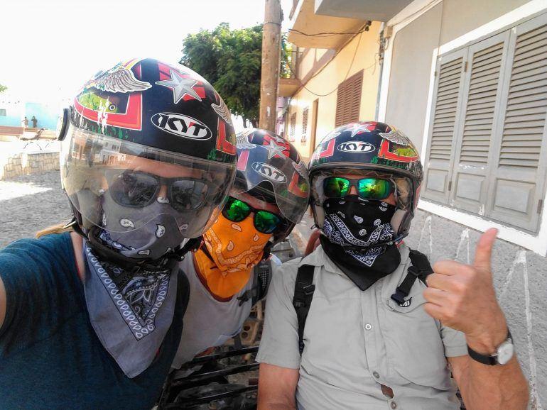 Selfie mit Motorradhelm und Tuch auf Boa Vista Kapverden
