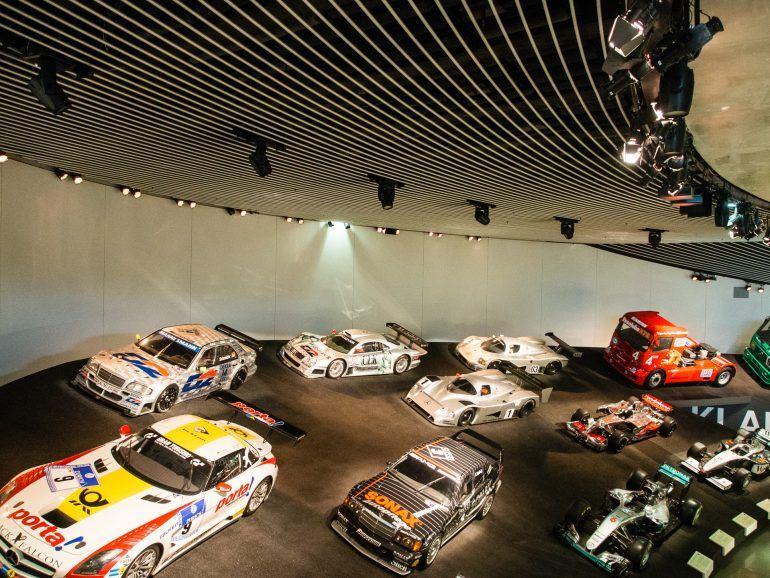 Mehrere Sportwagen im Mercedes-Benz Museum in Stuttgart
