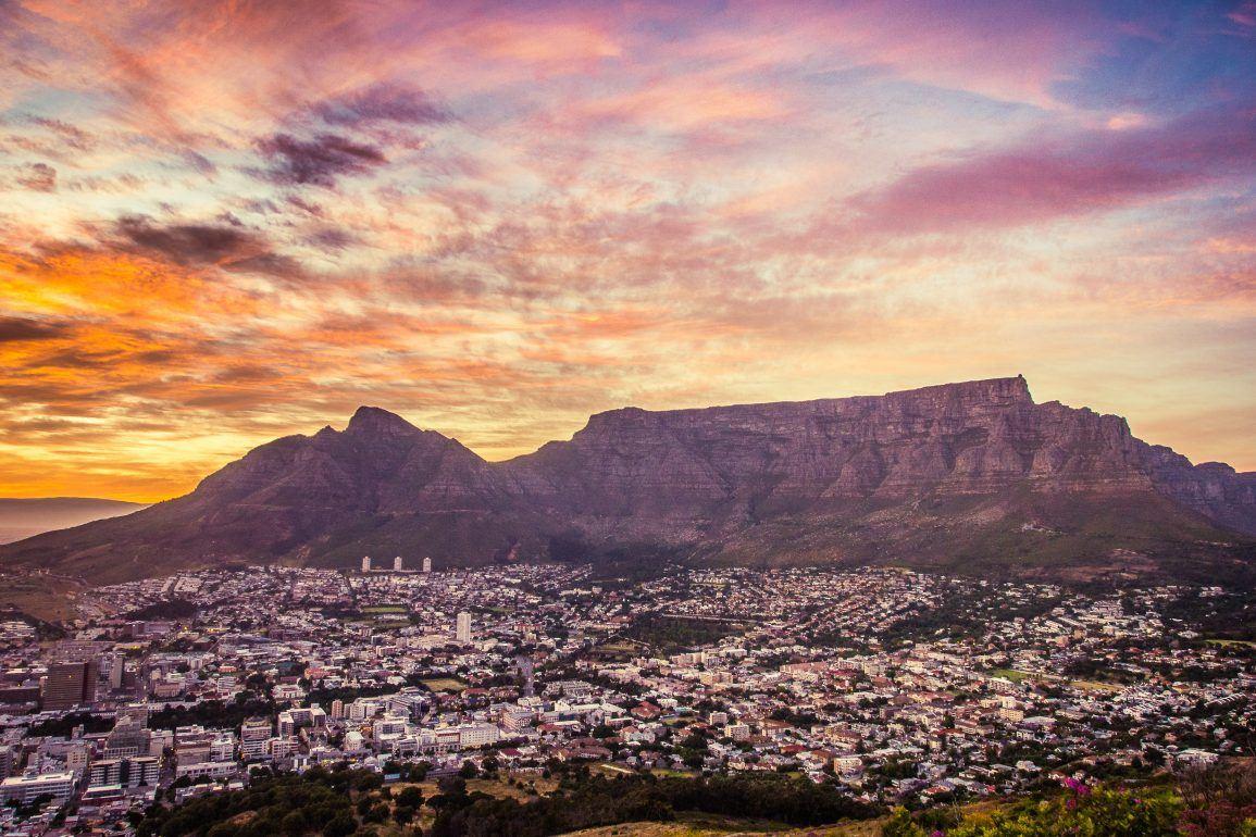 Tafelberg bei Sonnenaufgang in Kapstadt Südafrika