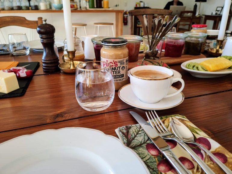 Frühstück in der Serenity Lodge Abel Tasman Neuseeland